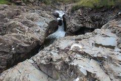 在渠道困住的岩石 库存照片