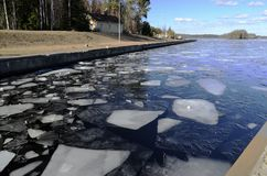 在渠道的冰领域在冬天 免版税库存图片