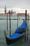 在渠道的长平底船在威尼斯 库存图片