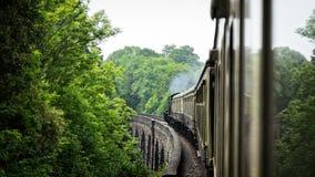 在渡槽桥梁的蒸汽老火车 r 库存图片