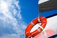 在渡轮的橙色Lifebuoy 免版税库存图片