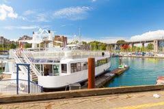 在温哥华小游艇船坞停泊的小船餐馆 免版税库存照片