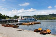 在温德米尔Cumbria英国英国充气救生艇和游船的Bowness 库存图片