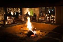 在温暖山的瑞士山中的牧人小屋的舒适壁炉 库存图片