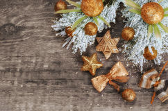 在温暖的口气的圣诞节构成 装饰,老木背景 免版税图库摄影