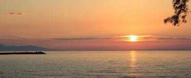 在温暖的太平洋,南太平洋的日落在一个夏天晚上 免版税库存图片