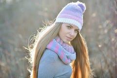 在温暖的帽子的快乐的妇女衣物 免版税库存图片