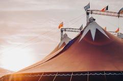 在温暖的日落和天空下的马戏场帐篷没有马戏公司的名字 马戏设计的片段,在轮子的马戏 免版税图库摄影