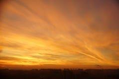在温暖的日落期间的城市 库存图片