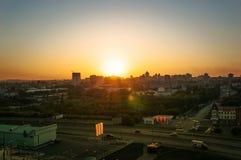 在温暖的日落期间的城市 免版税库存照片
