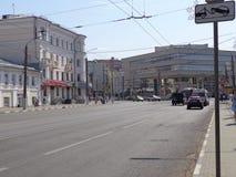 在温暖的晴朗的天气的镇风景 免版税库存图片