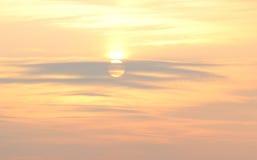 在温暖的淡色的软的日落天空,自然本底 免版税库存照片