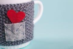 在温暖的盖子包裹的杯子-与爱消息,一华伦泰` s天,祝贺的概念的一个信封 宏指令 库存照片