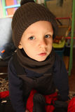 在温暖的衣物在家打扮的小男孩 免版税库存照片