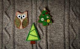 在温暖的被编织的背景的手工制造圣诞节装饰 概念新年度 葡萄酒与手工制造装饰的圣诞卡 免版税图库摄影