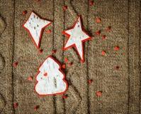 在温暖的被编织的背景的手工制造圣诞节装饰 概念新年度 葡萄酒与手工制造装饰的圣诞卡 免版税库存图片