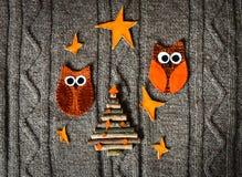 在温暖的被编织的背景的手工制造圣诞节装饰 概念新年度 葡萄酒与手工制造装饰的圣诞卡 库存照片