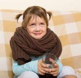 在温暖的围巾打扮的微笑的孩子 免版税库存图片