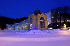 在温泉柱廊的冬天晚上- Marianske Lazne 免版税库存照片
