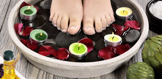 在温泉沙龙的女性脚在修脚做法 库存照片