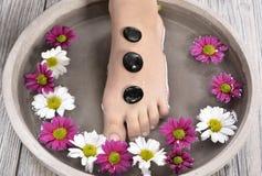在温泉沙龙的女性脚在修脚做法 免版税图库摄影
