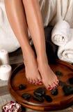 在温泉沙龙的女性脚,修脚做法 免版税库存照片