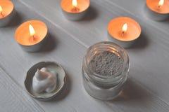 在温泉的休息 背景秀丽关心灰色发型发光的slicked妇女 youself的弛豫时间 芳香疗法 库存图片