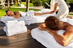 在温泉的夫妇治疗 人享用放松按摩户外 免版税库存照片