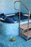 在温泉的室内浴盆 免版税库存图片