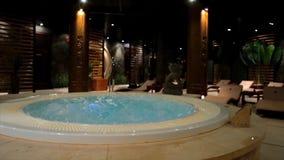 在温泉的放松水池与瀑布 与极可意浴缸和游泳池的空的豪华温泉 在蒸汽浴的极可意浴缸 健康 图库摄影