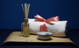 在温泉的芳香疗法与桃红色毛巾和石头 免版税图库摄影