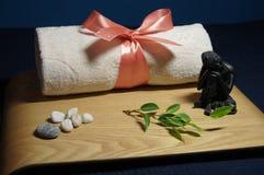 在温泉的芳香疗法与毛巾、石头和菩萨 库存图片
