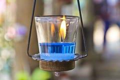 在温泉的蓝色芳香蜡烛。 免版税库存图片
