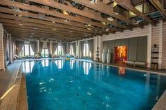 在温泉的豪华游泳池 库存图片