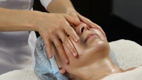 在温泉saton的塑料面孔按摩 妇女享受一位专业按摩治疗师4K的服务 股票视频