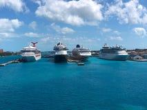 在港加勒比拿骚天空蔚蓝的游轮与云彩 库存照片