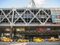 在港务局大厦前面的一条出租汽车线 免版税图库摄影