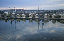 在港区反映的新公寓发展 图库摄影