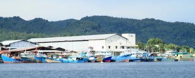 在港口停住的小船在Bitung 免版税库存图片