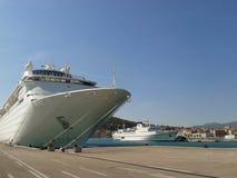 在港口停住的游轮 免版税库存图片