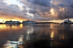 在港口停住的轮渡 免版税库存照片