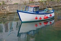 在港口停泊的一个小沿海渔船 免版税库存照片