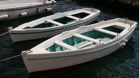 在港口停泊的两艘白色划艇 免版税库存照片