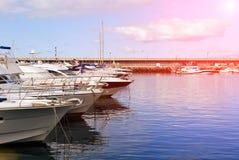 在港口停泊的游艇 库存照片