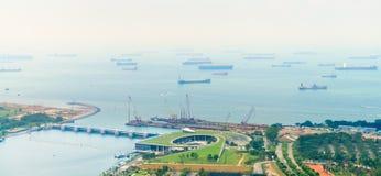 在港口停泊的许多商业货船 免版税库存照片