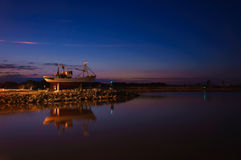 在港口入口的老渔船  库存图片