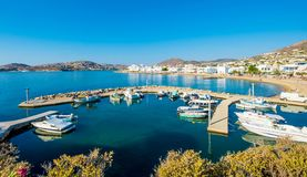在港口和渔船停住的汽艇 免版税库存图片