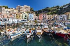 在港口小游艇船坞的小渔船重创在索伦托,褶皱藻属,阿马尔菲海岸,意大利 库存照片
