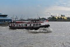 在港口巡航的Launchboat布宜诺斯艾利斯在河易北河 免版税库存图片