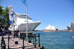 在港口悉尼歌剧院的渡轮 库存照片